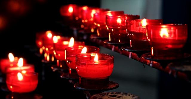 svíčky v kostele