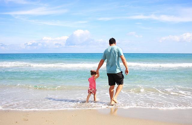 muž s dcérou na pláži