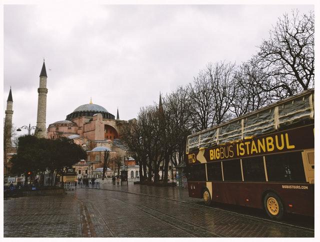 """Autobus s nápisom """"ISTANBUL"""" v meste"""