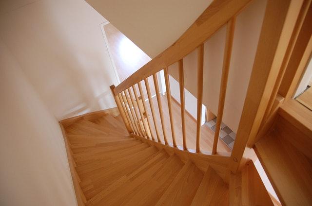 Drevené interiérové  schody so zábradlím
