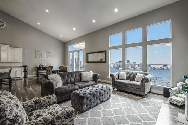 Obývacia izba s veľkými oknami a množstvom svetla