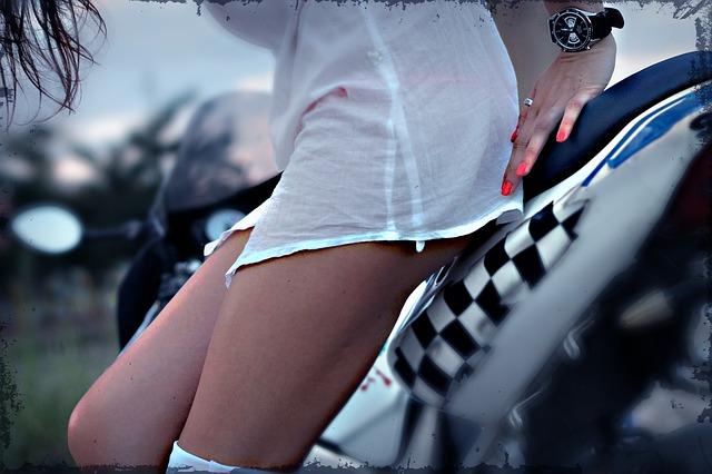 žena pózujúca na motorke