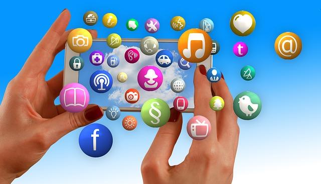 Ruky držia smartphone, aplikácie, funkcie, ikonky.jpg