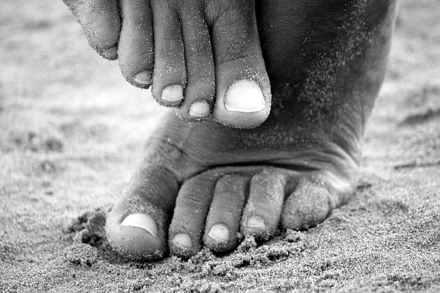 Ľudské bosé nohy v piesku.jpg