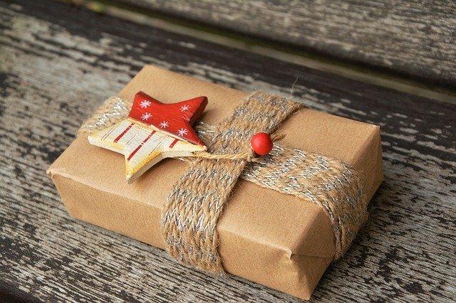Darček zabalený v hnedom papieri s ozdobou.jpg