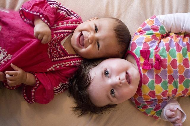 Dve deti ležia na postele hlavami pri sebe