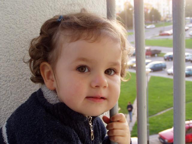 Dieťa sa drží zábradlia